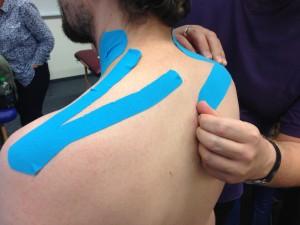 Anlegen eines Tapes bei Nackenbeschwerden